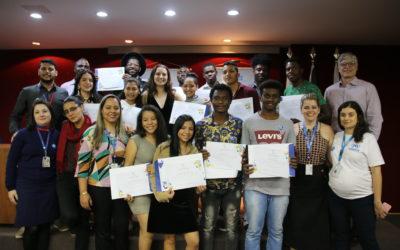 Terceira turma de jovens refugiados e migrantes recebe certificado de capacitação para os programas jovem aprendiz e estágio