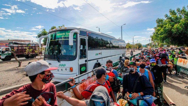 Papa doa alimentos e kits de higiene a migrantes venezuelanos na Colômbia