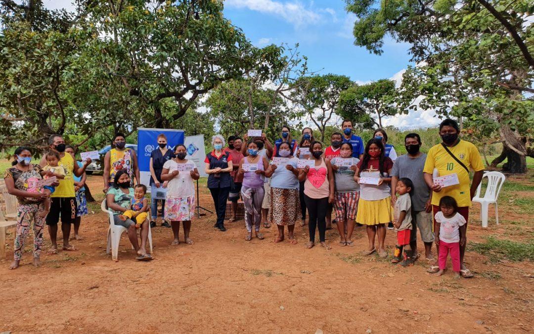 Migrantes e refugiados venezuelanos, da etnia warao, recebem cartão-alimentação